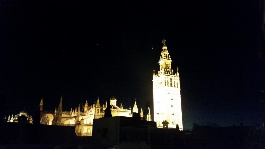 La Giralda през нощта Севиля HotelFinder търсене и оценка на хотели
